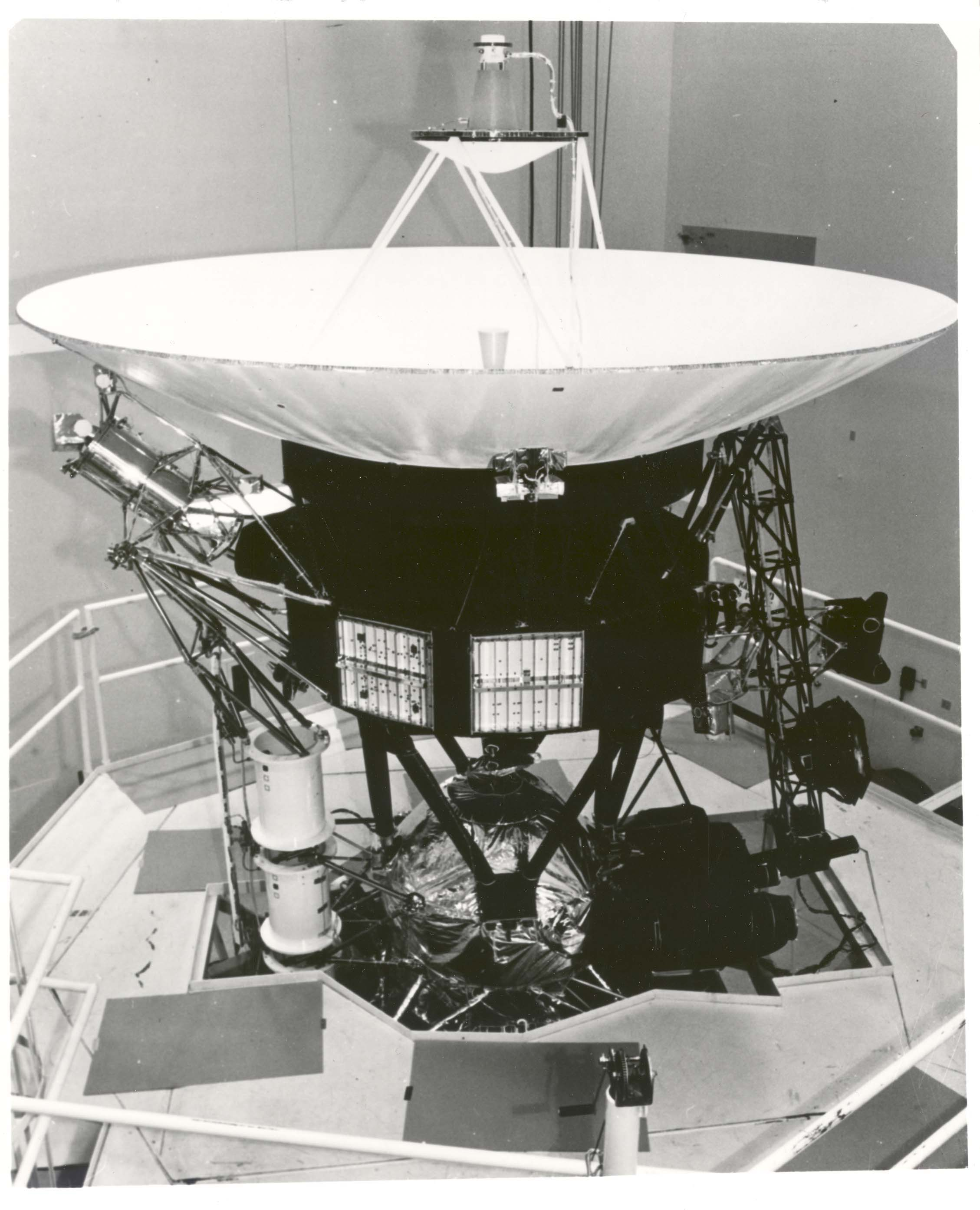Voyager_Spacecraft_During_Vibration_Testing_-_GPN-2003-000008.jpg
