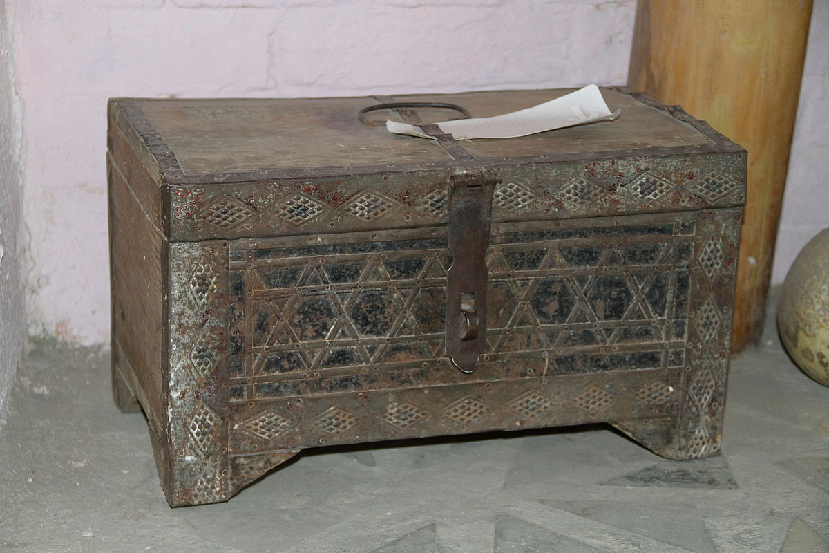 Old_box_in_Samarkand.JPG